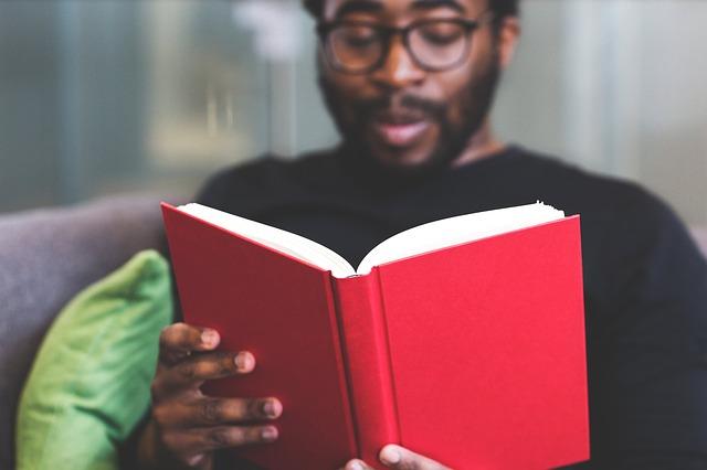 černoch s knihou
