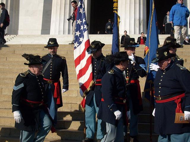 vojáci v uniformách